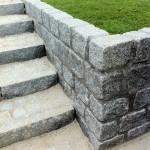 Støttemur af granitblokke med mørk fuge